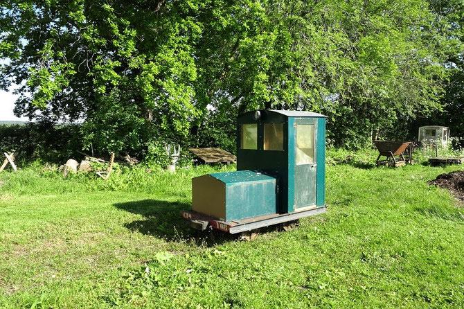 """Le locotracteur à voie de 60 cm Y-03 de la """"CTO"""" (Compagnie des Tramways de l'Ormet) stationne dans le parc de la propriété."""