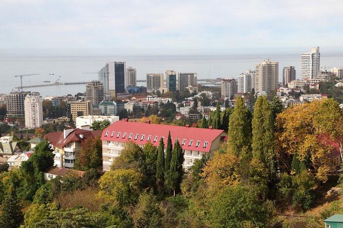 Vue prise depuis la station supérieure du téléphérique du parc botanique de Dendrariy montrant les nombreux immeubles modernes édifiés à l'occasion des Jeux Olympiques d'Hiver de 2014. Cliché Pierre BAZIN.