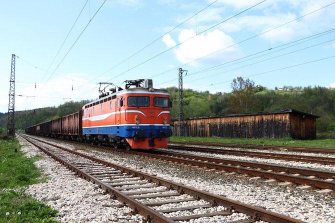 Locomotive 441-531 des ŽRS et tombereaux à charbon en gare de Dragalovici