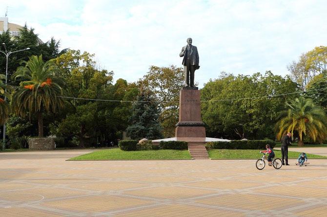 Bien que l'époque soviétique soit désormais révolue, la statue de Lénine existe toujours et veille désormais sur les jeux des enfants. Cliché Pierre BAZIN