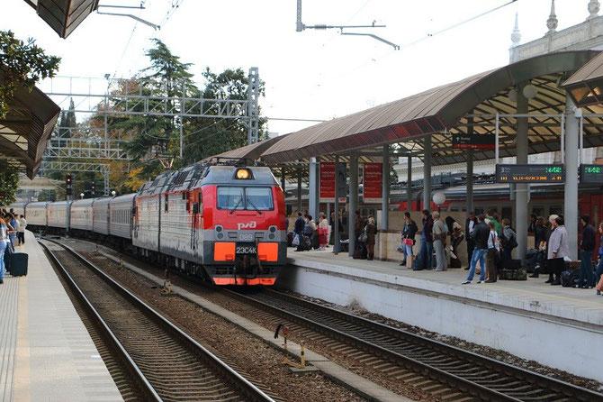 Entrée en gare de Sochi du train 140 Adler - Novossibirsk, dont la traction a été confiée à la locomotive 2ES4K n°089. Cliché Pierre BAZIN. 22 octobre 2013.