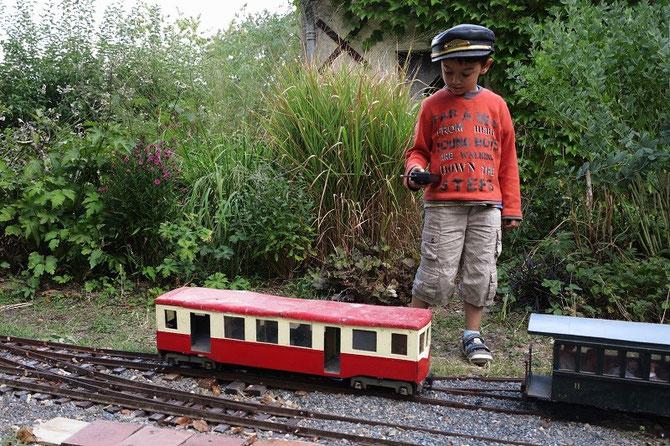 En août 2012, le jeune Yannis, alors âgé de 5 ans, effectue une manoeuvre de précision, pour raccorder cette automotice à une rame de voitures à plateformes extrêmes.