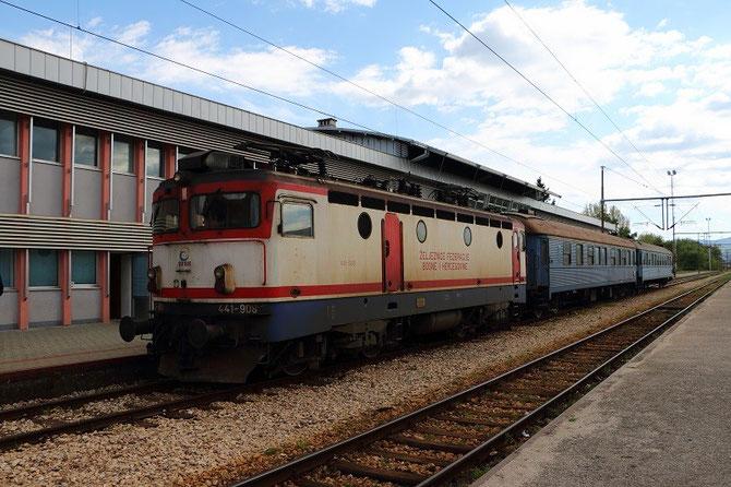 441-908 ŽFBH et voitures suédoises en gare de Čapljina