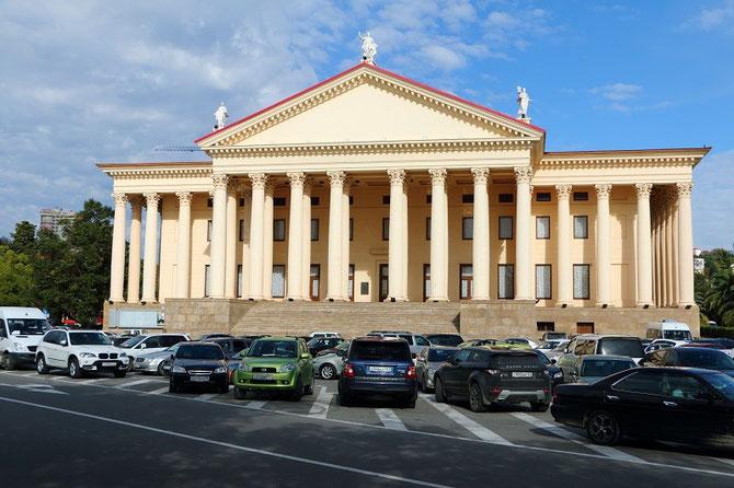 Typique de l'architecture néoclassique des années 1930, le Théâtre d'Hiver avec ses colonnades. Cliché Pierre BAZIN.