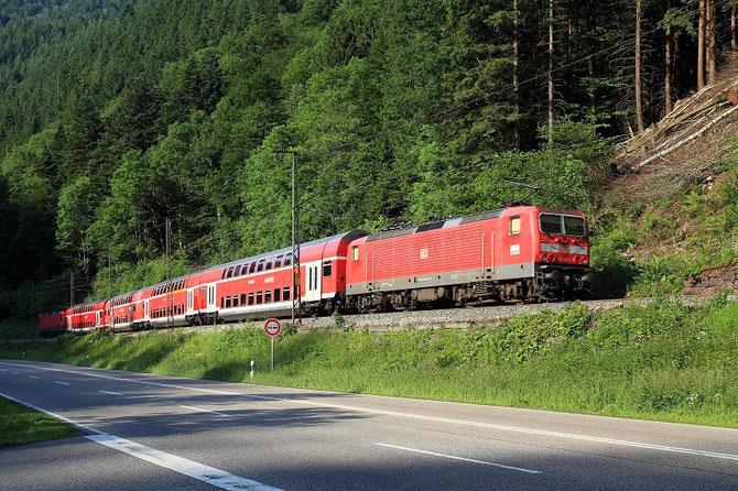 """Près d'Hirschprung, deux 143 encadrant une rame à deux niveaux """"Dosto"""" descendent l'étroite vallée du Höllental en direction de Freiburg-im-Breisgau avec le train RB 31612 en provenance de Seebrugg. Cliché Pierre BAZIN. 24 juin 2010"""