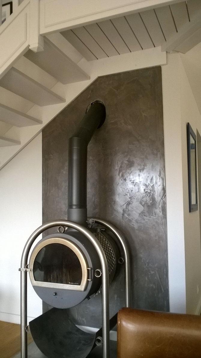 BETON CIRE utilisé en déco murale, couleur anthracite, résistant à la chaleur d'un chauffage à bois