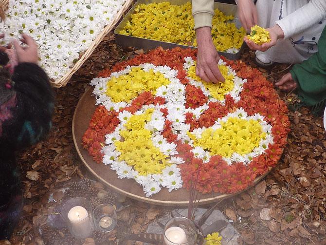 """Conformando el """"lauburu"""" con flores."""