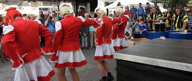Karneval im September, dank Zöppkesmarkt kein Problem. Die Spaßgruppe Fleckenlecker überzeugte mit einer gekonnten Tanzgarde wunderhübscher Mädels aus strammen Burschen.