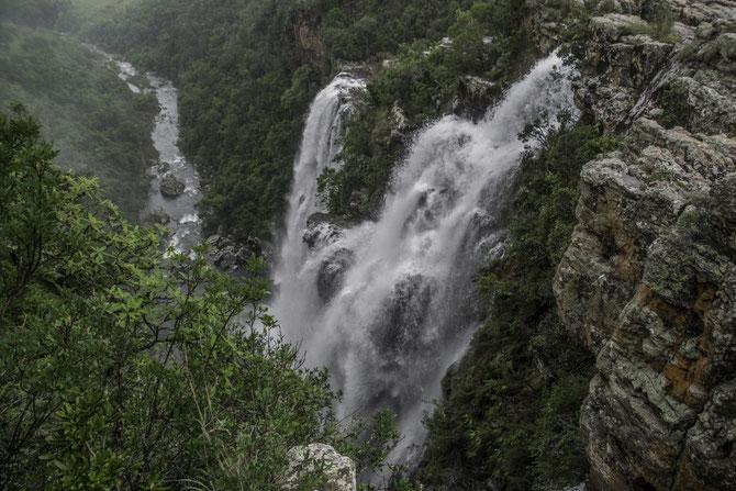 Einer der spektakulären Wasserfälle auf der Panoramaroute