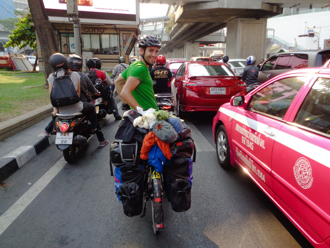Der Verkehr verdichtete sich schon früh vor dem Zentrum Bangkoks