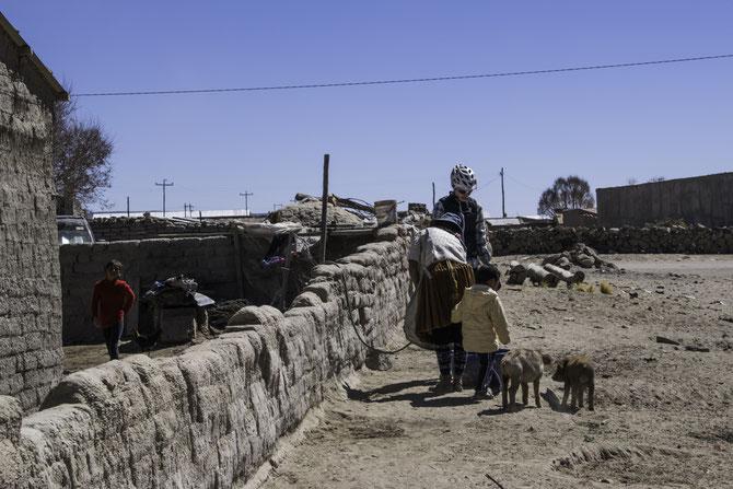 Miriam erhält Wasser in einem kleinen Dorf vor Uyuni