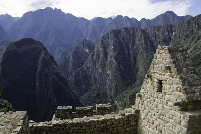 Aussicht von den Ruinen in eines der umliegenden Täler