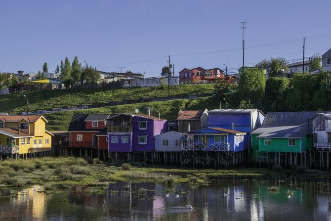 Die bunten Holzhäuser auf der Insel Chiloé