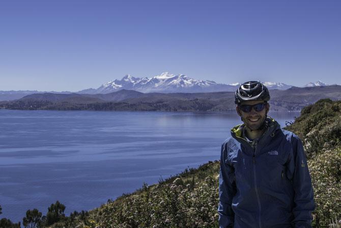 """Der Lago Titicaca und dahinter die Andenkette """"Cordillera Real"""""""