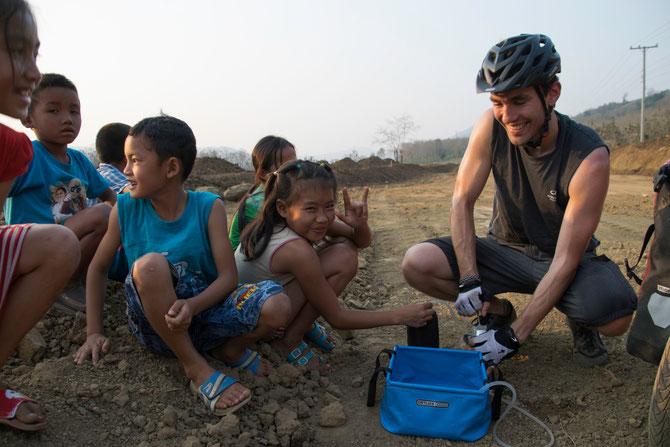 Wasserfiltern mit Unterstützung der Dorfkinder