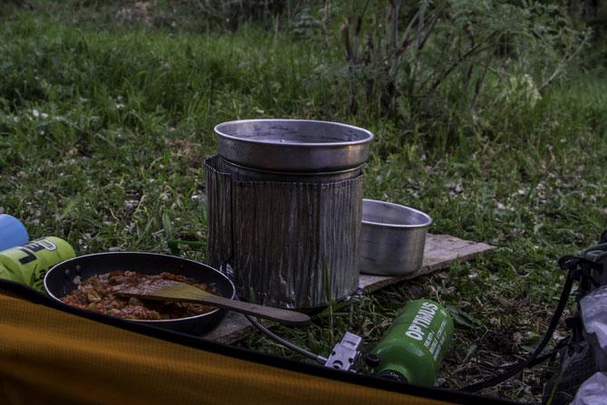 Gemütliches Kochen am Abend, direkt aus dem Zelt