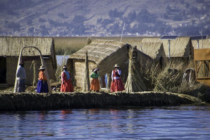 Eine schwimmende Insel des Uru-Volkes auf dem Titicaca-See
