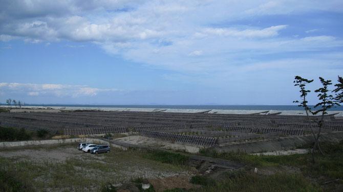第一号丘から見える波除の柵、その向こうは太平洋