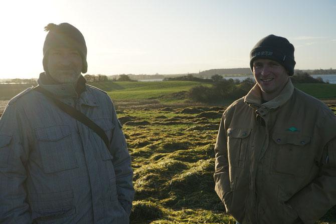 Seegrashändler und Seegrassammler im Gespräch