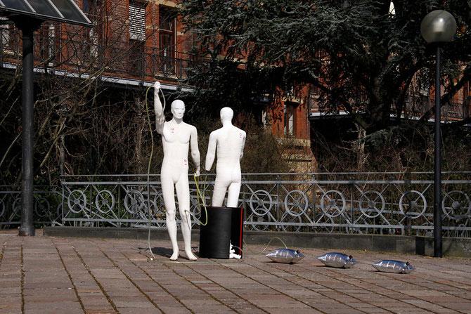 die kunstbevölkerung vor einer kirche, foto: peter köcher