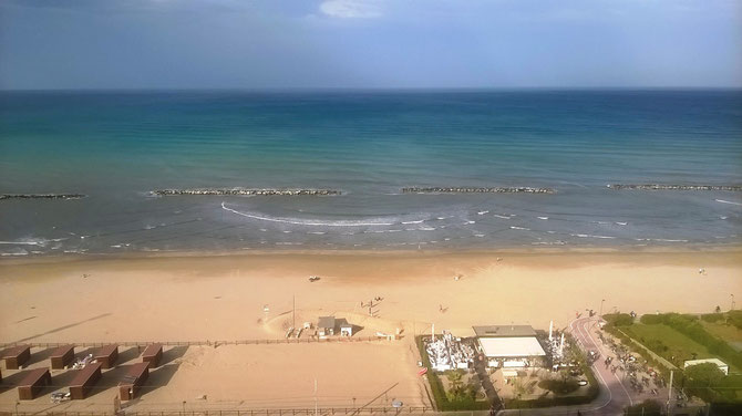 Area servizio spiaggia tra le cabine marroni sulla sinistra e il ristorante sulla destra