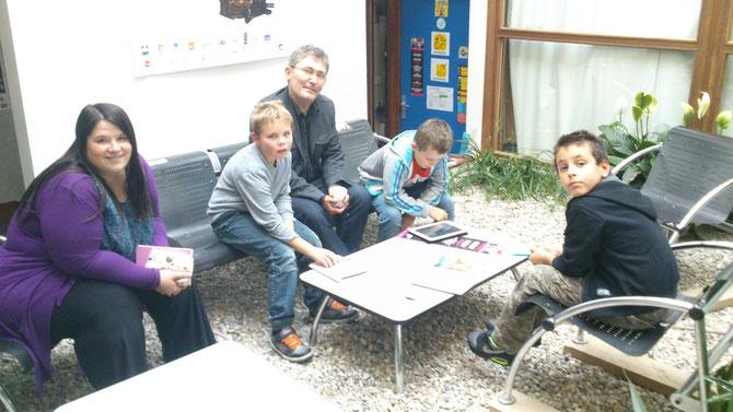 Paola,Sylvain & les enfants choisissant les musiques libres de droit pouvant être intégrées à la nouvelle