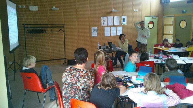 Pascaline Masson &Pouhiou avec les enfants au Champ des Oiseaux