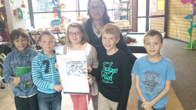 Les enfants montrant l'article du Courrier Cauchois du jour. Les ventes ont explosées!!!