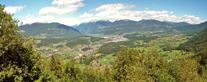 Ein weiter Blick über den Talkessel von Bruneck