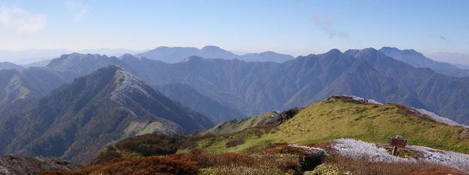 笹ヶ峰から望む四国山地西部の山々(石鎚山脈)