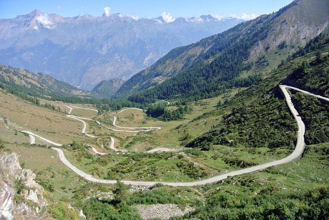 Wie ein Gummiband zieht sich der Weg am Col de Finestre kurvenreich bergwärts