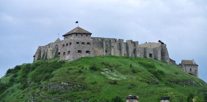 Schon von weitem sichtbar: Die imposante Burg Sümeg nördlich des Plattensees.
