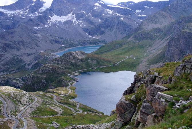 Blick auf die spektakuläre Streckenführung des Colle del Nivolet