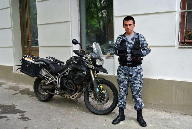 Unser Security-Freund in Odessa wich Tag und Nacht nicht mehr von der Seite des Tigers…