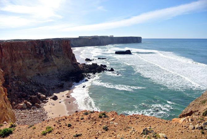 Am Horizont ist das Fortaleza de Sagres zu sehen