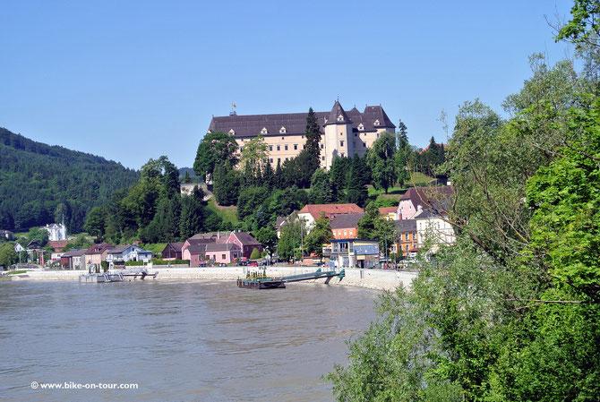 Beim malerischen Grein kommt man nach einer Kurvenorgie auf der B119 an die Donau.