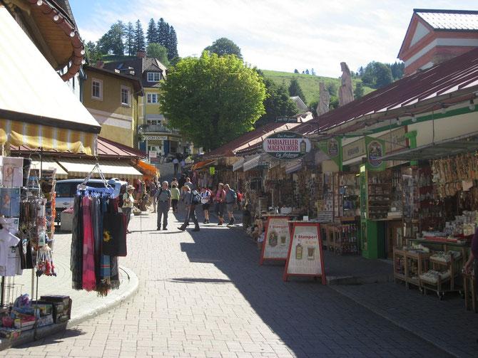 In zahlreichen Geschäften gibt es in Mariazell alles an Souvenirs und Produkten aus der Region.