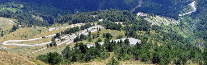 Auf 46 dicht übereinanderliegenden Kehren zieht sich der Col de Tende den Berg hinauf…