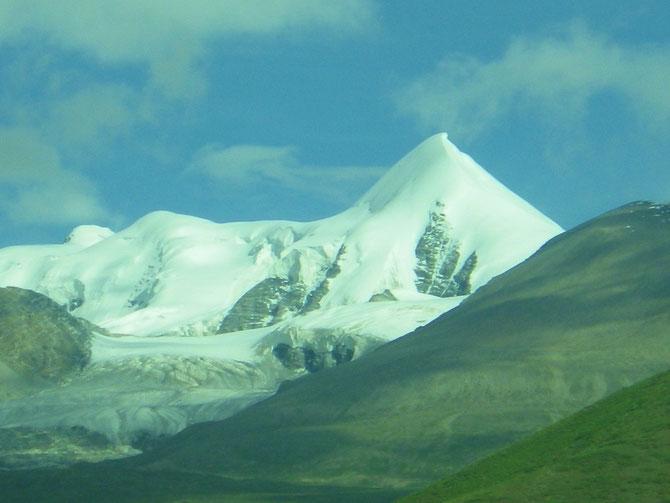 青蔵鉄道の車窓から望める7.000m級の雪山