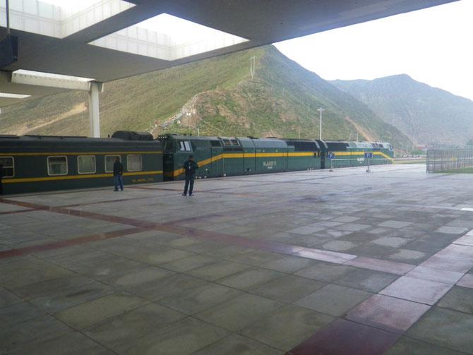 標高3,650mにあるラサ駅から西寧に向け出発する青蔵鉄道