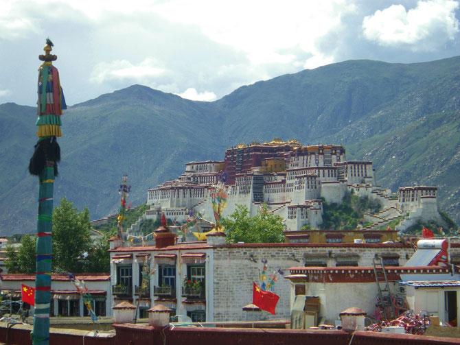ジョカン寺から望む、世界遺産・ポタラ宮殿