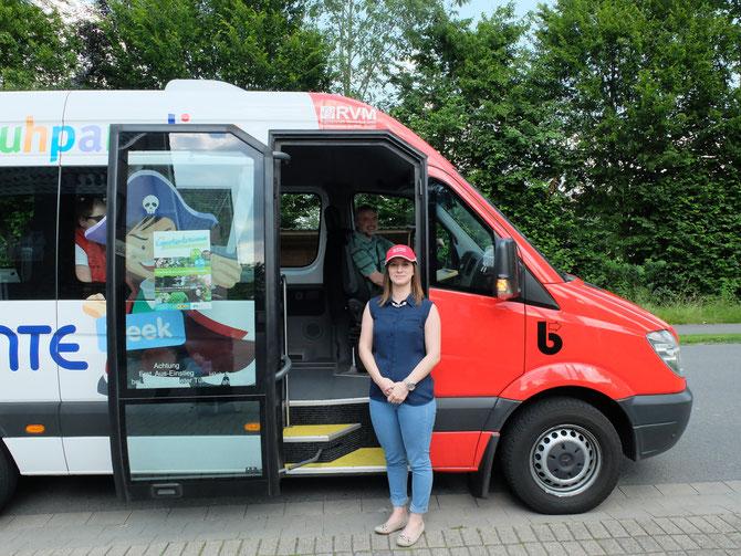 Frau Feltes vor ihrer Fahrt mit unserem Bürgerbus an der Haltestelle Enseling in Asbeck