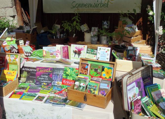 Ein großer Teil unseres Sonnenwirbel-Marktstands besteht inzwischen aus preisreduzierten Büchern.