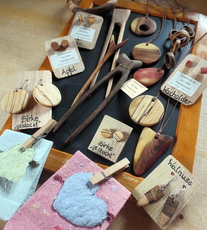 Eine kleine Auswahl unseres Holzschmuck-Programms, inklusive passender Verpackungen aus selbstgeschöpftem Papier.