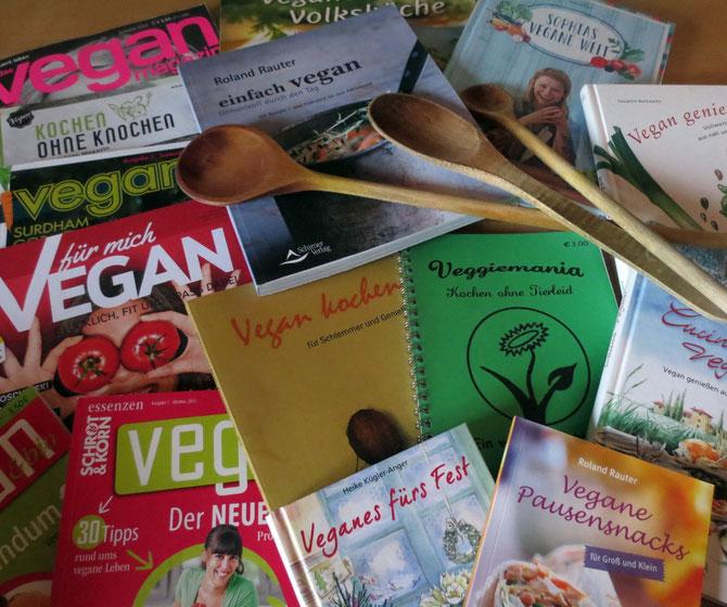 """Eine Auswahl unserer Zeitschriften und Bücher für Veganer und Menschen, die ab und zu auch mal """"ohne Knochen"""" kochen möchten."""