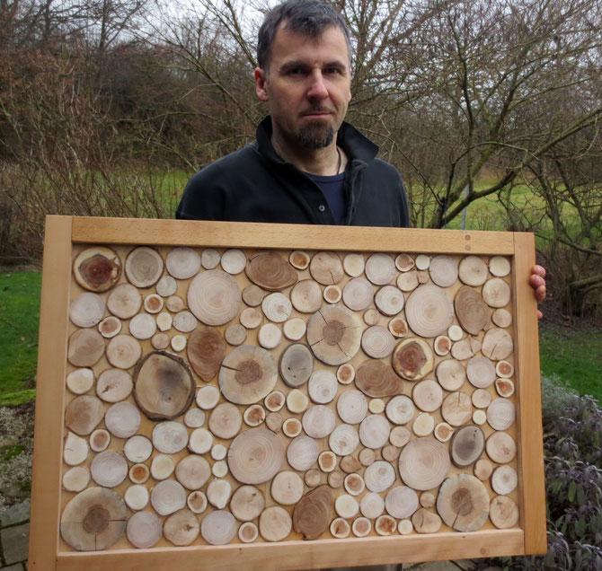 Holzbildnis, bildender Künstler, ein Bild von einem Mann - entscheidet selbst! Der Rahmen ist jedenfalls aus Buchenholz vom Innenleben unserer alten Couch.