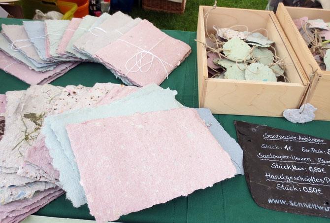 Handgeschöpfte Papier zum Briefe schreiben oder zur kreativen Weiterverarbeitung.  Rechts hinten Saatpapieranhänger, z. B. für Ostersträuße.