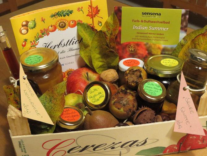2012 konnte ich so manches Paket aus herbstlichem Überfluss verschenken. Hier sehen Sie Apfel, Birne, Quitte, Mispeln und daraus bereitete Produkte, wie Fruchtaufstriche, Likör und Essig.