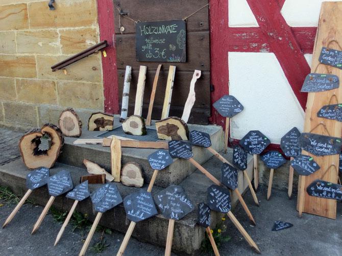 Unsere Unkrautschilder und Holzunikate vor historischer Kulisse beim Frühlingsmarkt in Rossach.