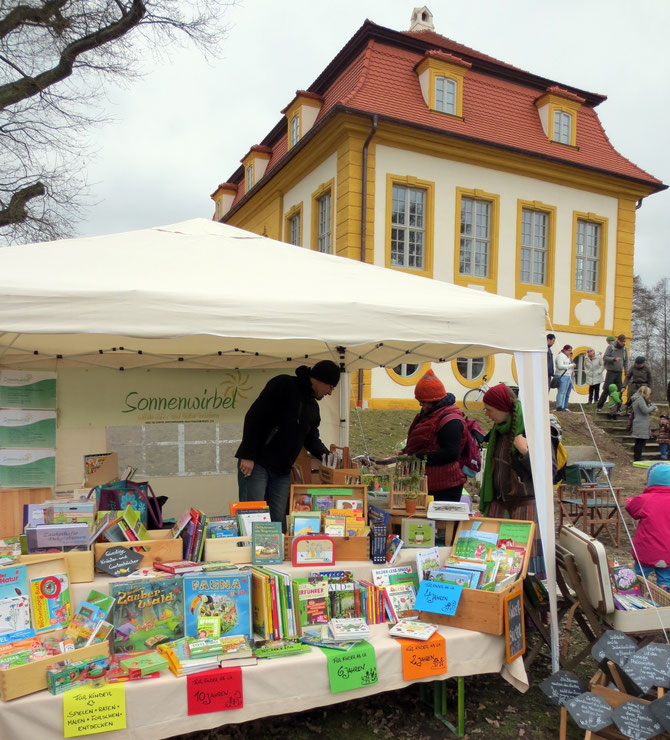 Unser Stand mit Blick auf Schloss Aufseßhöflein und unserem stark erweiterten Angebot an Kinder-büchern, -spielen, -CDs und Experimentiersets rund um Natur, Umwelt, Tiere und Pflanzen.